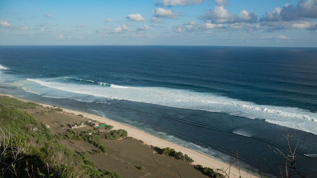 Cenário incrível. vista para o mar do penhasco. bali. indonésia.
