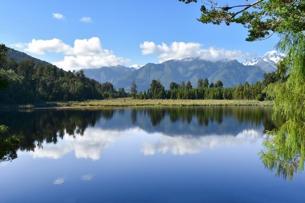 Cenário lago e montanha com céu azul em férias para relaxar