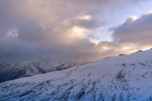 Cenário montanhoso de inverno nas montanhas dos pirenéus em andorra