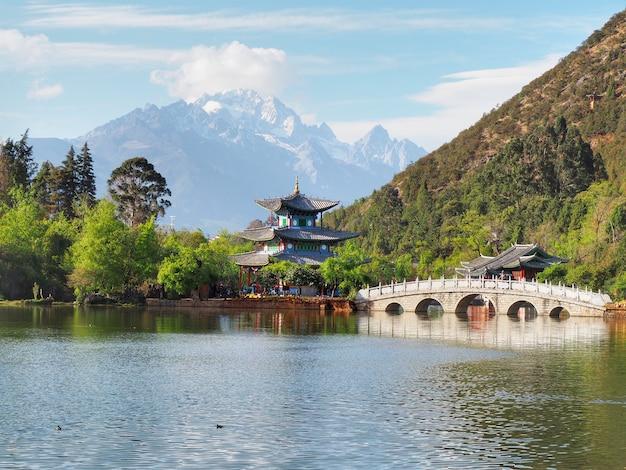 Cenário na associação preta do dragão e na montanha de jade dragon em lijiang, china.