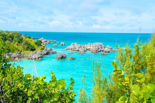 Cenário natural da baía do tabaco nas bermudas de são jorge