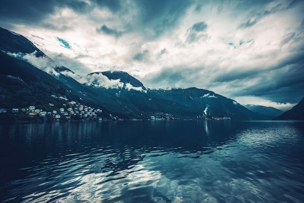 Cenário norueguês dos fjords