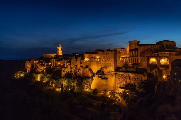 Cenário noturno de tirar o fôlego no museu do palazzo orsini, na itália