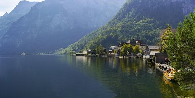 Cenário panorâmico da vila de hallstatt e do lago hallstatt pela manhã, áustria