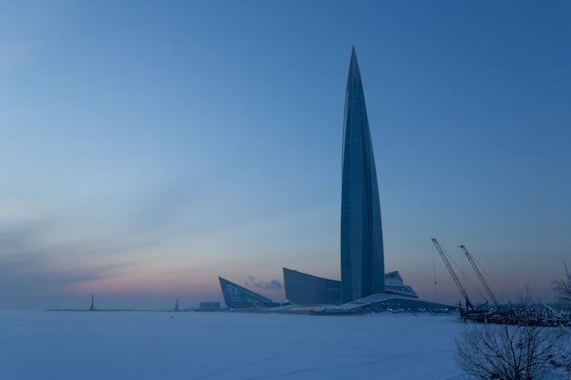 Cenário pitoresco com enorme torre construída na costa do mar no inverno.