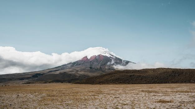 Cenário sinistro de vulcano logo antes de explodir