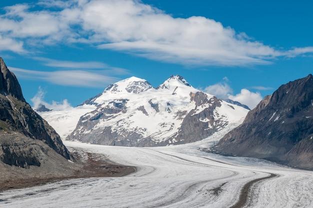 Cenas de montanhas, caminhada pela grande geleira aletsch, rota aletsch panoramaweg no parque nacional da suíça, europa. paisagem de verão, céu azul e dia ensolarado