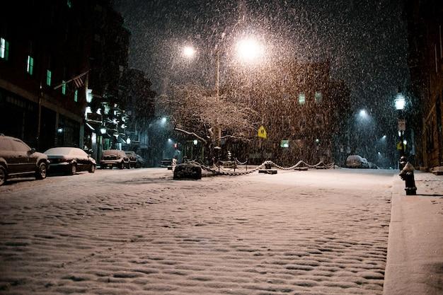 Cenas urbanas da cidade de neve à noite