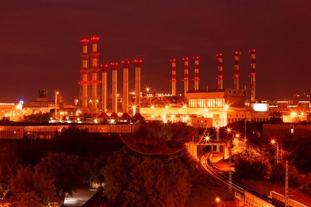 Cênica da planta de refinaria de petróleo petroquímica à noite