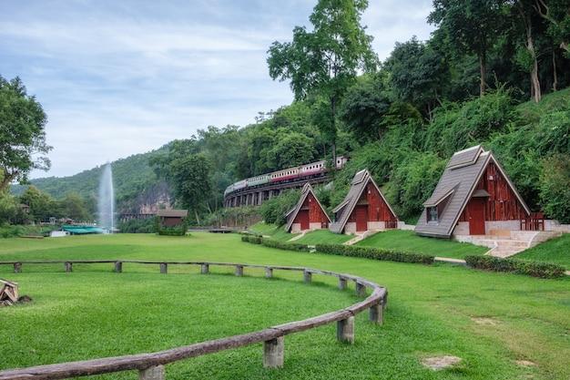 Cênica suan sai yok, resort no rio kwai cebin com trem na ferrovia histórica da segunda guerra mundial na caverna tham krasae, kanchanaburi, tailândia