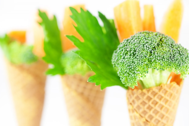 Cenoura, aipo, brócolis em um cone de waffle isolado no branco