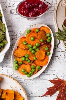 Cenoura assada vitrificada com ervilhas