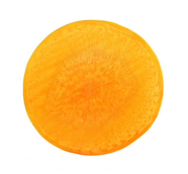 Cenoura cortada ao meio isolado transversalmente no fundo branco com trajeto de grampeamento.