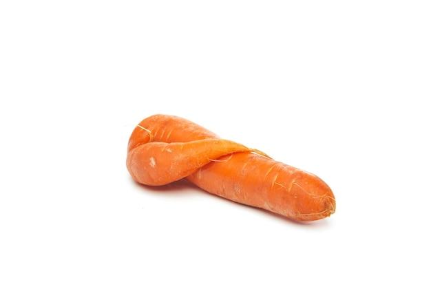Cenoura crua feia natural fresca isolada na superfície branca.