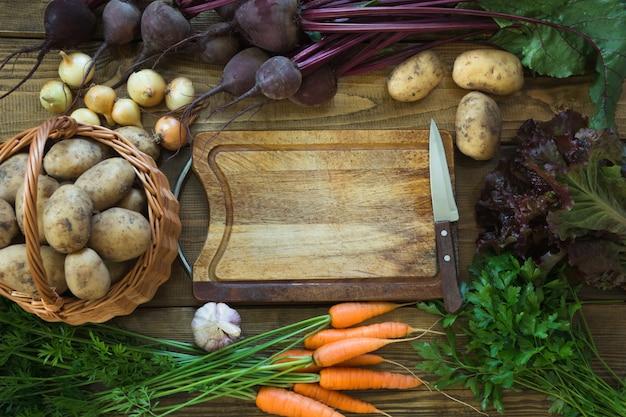 Cenoura de legumes frescos de outono, beterraba, cebola, batata com espaço de cópia.
