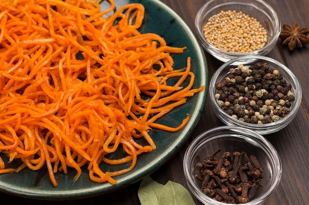 Cenoura fermentada em prato. especiarias na mesa de madeira escura. remédio natural para fortalecer a imunidade. vista do topo. fechar-se