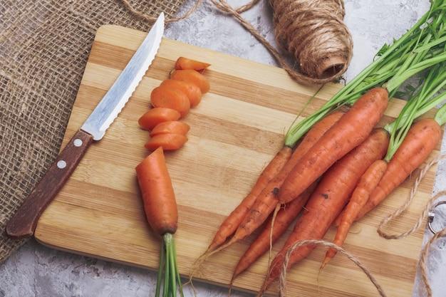 Cenoura fresca cortada em uma placa de corte