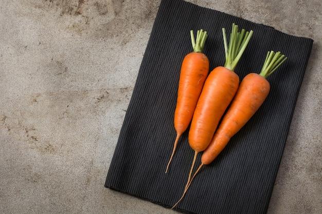 Cenoura orgânica fresca na mesa rústica vintage.