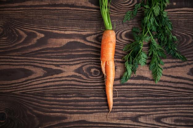 Cenoura orgânica na mesa de madeira