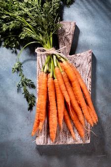 Cenoura orgânica na tábua de madeira, foto close