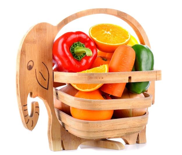 Cenoura, pimentões e laranjas na cesta