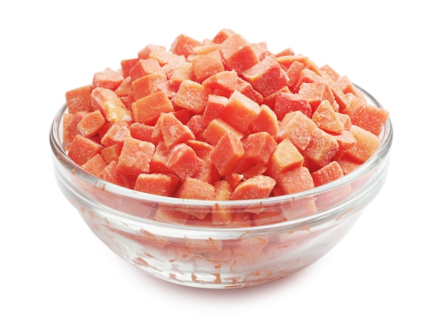 Cenouras congeladas em uma tigela de vidro em um fundo branco