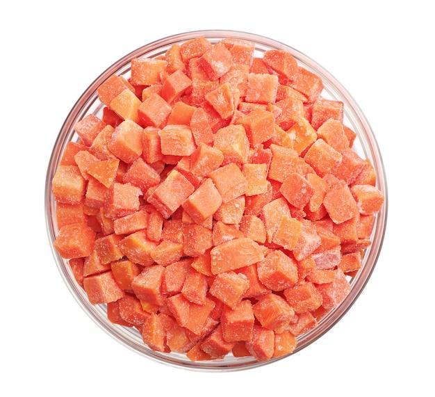 Cenouras congeladas em uma tigela de vidro isolada no branco. vista do topo