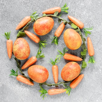 Cenouras e ovos coloridos de páscoa