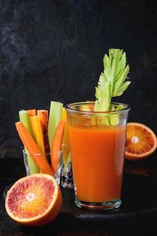 Cenouras e suco coloridos