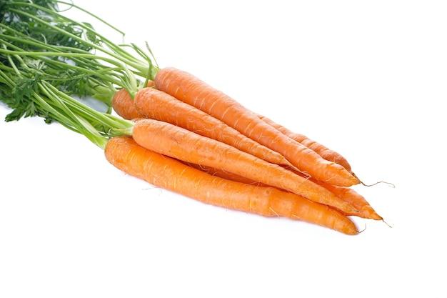 Cenouras frescas com folhas isoladas