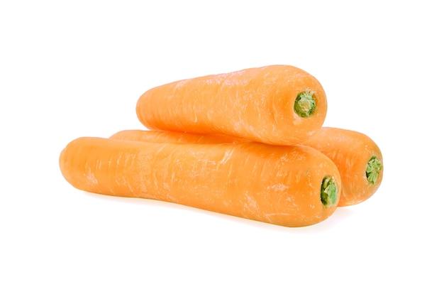 Cenouras frescas em fundo branco