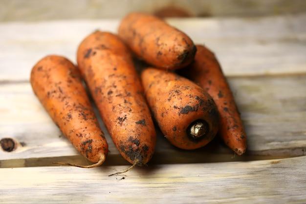 Cenouras frescas numa superfície de madeira.