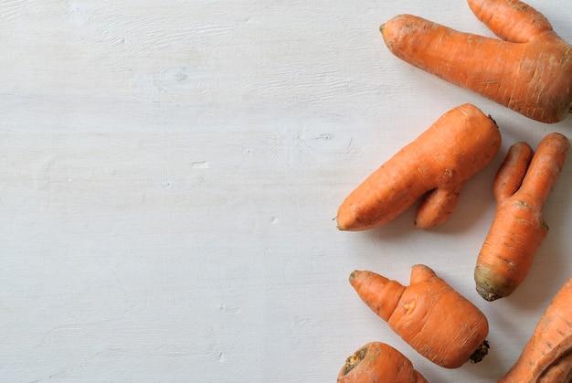 Cenouras imperfeitas com formas feias. copie o espaço