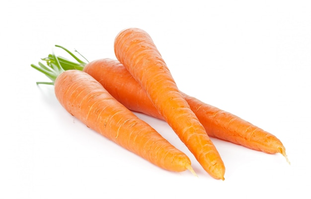 Cenouras isoladas. monte de cenouras frescas com hastes isoladas