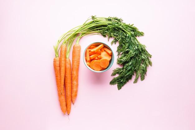 Cenouras maduras com folhas e rodelas de cenoura isoladas
