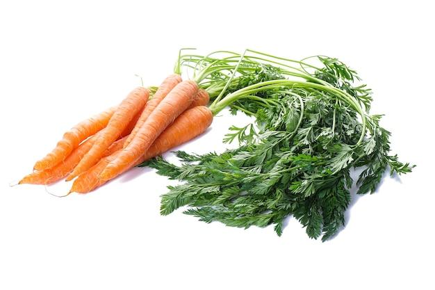 Cenouras maduras com folhas isoladas