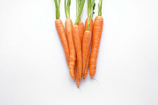 Cenouras maduras em uma fileira isoladas