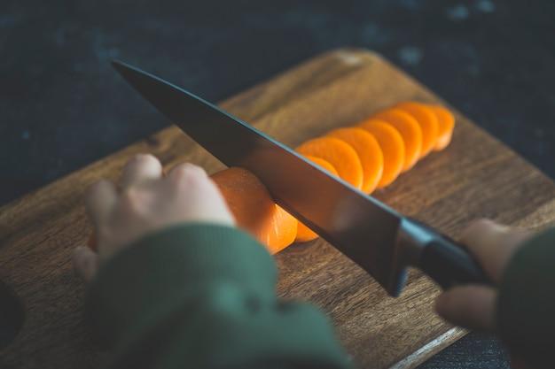 Cenouras na mesa da cozinha antes de cozinhar. comida saudável caseira, receitas vegetarianas e caseiras