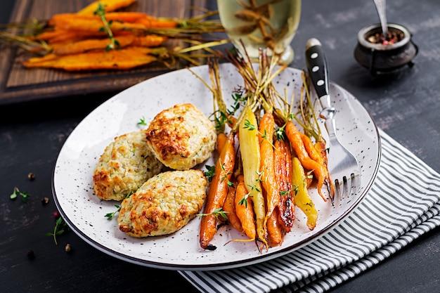 Cenouras orgânicas assadas com tomilho e costeleta / almôndega de carne de frango