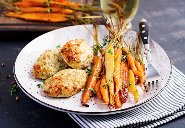 Cenouras orgânicas assadas com tomilho e costeleta de frango com abobrinha