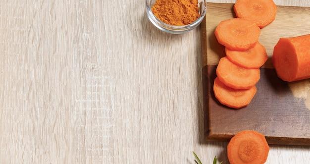 Cenouras picadas em um espaço vazio de tábua de madeira