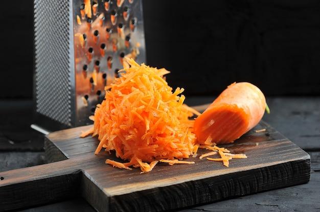 Cenouras raladas em um ralador close-up