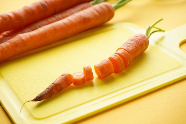 Cenouras recém-cortadas em fatias na tábua da cozinha