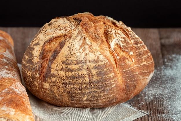 Centeio, pão integral. pão irlandês fresco em um fundo de madeira. fotografia de estúdio.