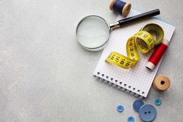 Centímetro para costura e lupa com espaço para texto