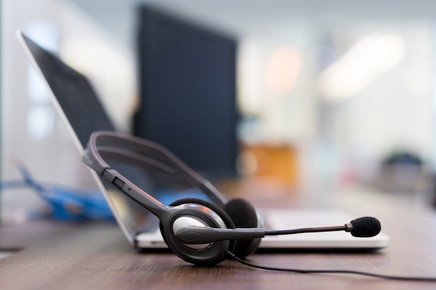 Central de atendimento de fone de ouvido hotline na mesa de ajuda do escritório de computador