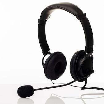 Central de atendimento do funcionário com fone de ouvido ou serviço de suporte em um fundo branco - imagem