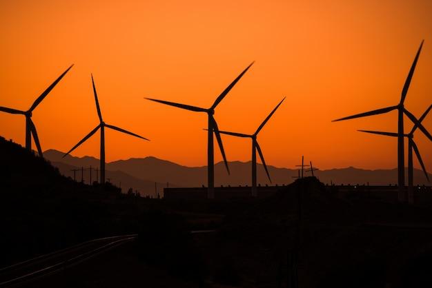 Central de energia eólica ao pôr-do-sol
