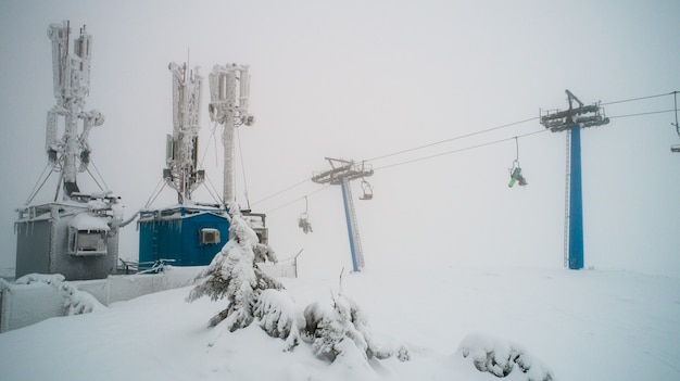Central elétrica coberta de neve e gelo