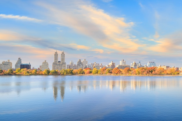 Central park no outono com árvores coloridas e arranha-céus
